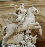 Homem com escultura do mármore do cavalo